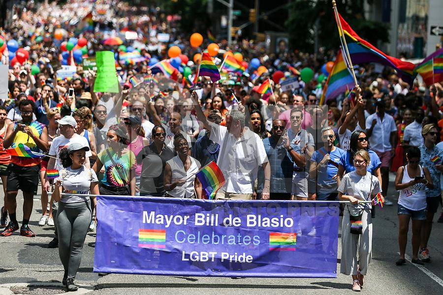 NEW YORK, EUA, 25.06.2017 - PARADA-NEW YORK - O prefeito de New York Bill de Blasio e sua esposa Chirlane McCray   durante a Parada do Orgulho LGBT na cidade de New York nos Estados Unidos neste domingo, 25. (Foto: William Volcov/Brazil Photo Press)