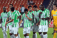MEDELLIN -COLOMBIA-14-03-2014: Jugadores del Atletico Nacional abandonan el campo de juego luego de empatar de locales con Deportivo Pasto  partido por la Onceava fecha de la Liga Postobon I 2014 en el estadio Atanasio Girardot de la ciudad de Medellin.  /Atletico Nacional players leave the field after drawing with Deportivo Pasto local match for the Eleventh date Postobon Liga I 2014 Atanasio Girardot stadium in the city of Medellin.. Photo: VizzorImage  / Luis Rios  / Str.