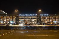 Mit 9 Jahren Verspaetung wurde am 31. Oktober 2020 der Flughafen Berlin-Brandenburg BER in Schoenefeld eroeffnet.<br /> Im Bild: Blick auf das Terminal 1-2 von der Landebahn aus. An den Gates stehen Flugzeuge der Luftfahrtgesellschaft Easy Jet.<br /> 31.10.2020, Schoenefeld<br /> Copyright: Christian-Ditsch.de