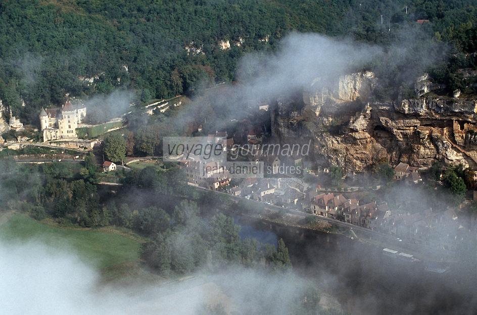Europe/France/Aquitaine/24/Dordogne/La Roque Gageac: Vue aérienne de la ville et nuages