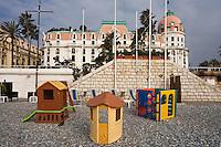 Europe/France/06/Alpes-Maritimes/Nice: Hôtel Le Négresco sur la Promenade des Anglais et jeux de plage