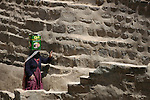 women rising water from a big cistern in thilla yemen. Donne raccolgono acqua da una grande cisterna a Tulla, yemen