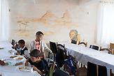 Die Schulkinder in der Kantine beim Mittagessen. Um Chaos zu vermeiden, essen die einzelnen Klassen gestaffelt.  Eine der 25 Waldorfschulen Rumäniens liegt in dem fast ausschließlich von Roma bewohnten Dorf Rosia in der Mitte des Landes. Anders als in Deutschland kommen die Schüler nicht aus bürgerlichen Familien, sondern meist aus einfachen Verhältnissen.