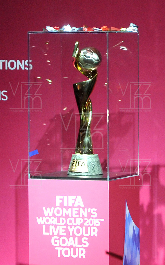 BOGOTA -  COLOMBIA - 02-03-2015: El trofeo de la Copa Mundial Femenina de la FIFA Canada 2015 es presentado en la sede Deportiva de la Federacion Colombiana de Futbol como parte de la gira mundial del Trofeo del torneo.  / The trophy of the Women's World Cup Canada 2015 is presented in Sports headquarters of the Colombian Football Federation as part of the world tour Trophy tournament. / Photo: VizzorImage / Luis Ramirez / Staff.