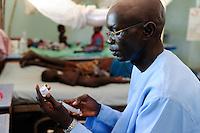Afrika SUED-SUDAN  Bahr el Ghazal region , Lakes State, Mary Immaculate DOR Hospital der Comboni Missionare im Dinka Dorf Mapuordit , Kinder werden wegen Malaria behandelt /.Africa SOUTH SUDAN  Bahr al Ghazal region , Lakes State, hospital of Comboni Missionaries in village Mapuordit, children are treated of malaria