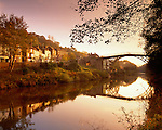 Great Britain, England, Shropshire, Ironbridge: village at the Ironbridge Gorge (UNESCO World Heritage Site), the Iron Bridge crosses the River Severn, it was the first arch bridge in the world to be made out of cast iron, opened in 1781 | Grossbritannien, England, Shropshire, Ironbridge: das Dorf liegt an der Ironbridge Gorge, die seit 1986 zum UNESCO Weltkulturerbe zaehlt, die Bruecke ueberquert den Fluss Severn, es ist die weltweit aelteste Bogenbruecke aus Gusseisen und wurde am Neujahrstag 1781 eroeffnet