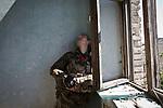 UKRAINE, Pisky: Vladimir, 29 year old and member of the 93 brigade is checking the damages of a music school that has been shelled. <br /> <br /> UKRAINE, Pisky: Vladimir, 29 ans et membre de la brigade 93 vérifie les dommages d'une école de musique qui a été bombardée.