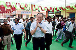 12 March 2013, Kanpur, Uttar Pradesh India: President of the World Bank, Mr Jim Yong Kim greets wellwishers on his visit to the village of  Tilsari Khurdnear to the city of Kanpur in Uttar Pradesh state. Mr.Kim is visiting India  for meetings with local staff, Indian Government Ministers and to inspect projects sponsored by World Bank in regional areas. Picture by Graham Crouch/World Bank