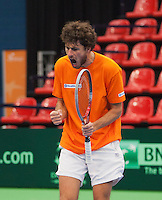 07-02-12, Netherlands,Tennis, Den Bosch, Daviscup Netherlands-Finland, Training, Robin Haase toont zich in de training even fanatiek en schreeuwt het uit als hij Thiemo de Bakker in een partijtje heeft verslagen in de tiebreak
