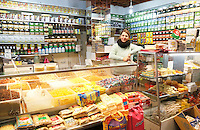 Nederland  Beverwijk  2017. De Bazaar in Beverwijk. De Bazaar in Beverwijk is al 37 jaar de plek waar uiteenlopende culturen samenkomen en is de grootste overdekte markt in Europa. De Bazaar bestaat uit verschillende marktdelen. De Oosterse Markt. Producten uit Afghanistan.        Foto mag niet in negatieve context gebruikt worden.      Foto Berlinda van Dam / Hollandse Hoogte
