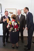 LE GENERAL SIR PETER COSGROVE, GOUVERNEUR GENERAL DíAUSTRALIE ET LADY COSGROVE, MR. EDOUARD PHILIPPE, DEPUTE-MAIRE DU HAVRE - VERNISSAGE DE LíEXPOSITION 'LíåIL ET LA MAIN' A L'AMBASSADE D'AUSTRALIE