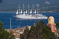 """Europe/Provence-Alpes-Côte d'Azur/83/Var/Saint-Tropez: le clocher de l' église et le voilier """"Club-Méditerrannée 2 """" dans le golfe de Saint-Tropez vu depuis la citadelle"""