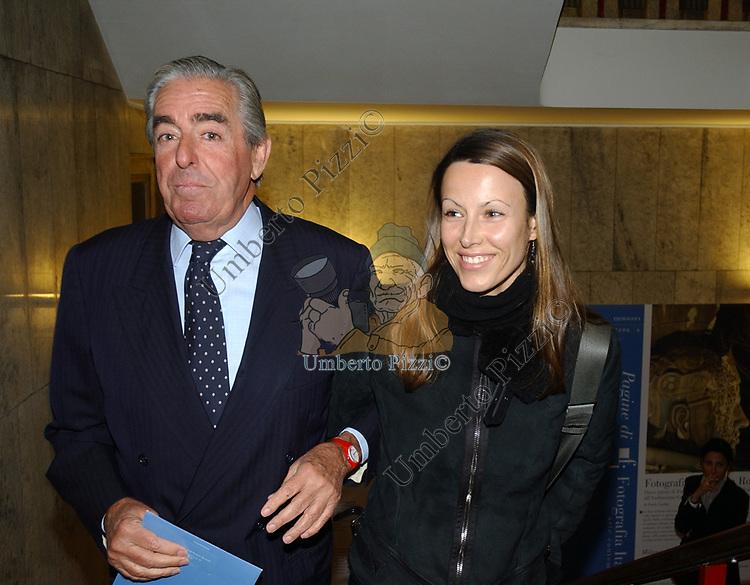 """MARIO D'URSO CON LA NIPOTE ALESSANDRA<br /> VERNISSAGE """"ROMA 2006 10 ARTISTI DELLA GALLERIA FOTOGRAFIA ITALIANA"""" AUDITORIUM DELLA CONCILIAZIONE ROMA 2006"""