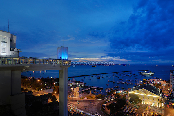 Brazil, Bahia, Salvador: Elevador Lacerda in the historic city center of Salvador de Bahia. The Lacerda elevator from 1873 connects the 72 metres (236 ft) between the Thomé de Souza Square in the upper city, and the Cayru Square in the lower city.
