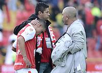 BOGOTÁ -COLOMBIA, 01-12-2013. Luis Carlos Arias (Izq) y Wilson Gutierrez (atrás) de Santa Fe muestran su tristeza al ser eliminado su equipo por el Itaguí en partido por la fecha 4 de los cuadrangulares finales de la Liga Postobón  II 2013 jugado en el estadio Nemesio Camacho el Campín de la ciudad de Bogotá./ Santa Fe player JLuis Carlos Arias (L) and Wilson Gutierrez (back), coach,  show their sadness to be eliminated their team by Itagui in match for the 4th date of final quadrangulars of the Postobon  League II 2013 played at Nemesio Camacho El Campin stadium in Bogotá city. Photo: VizzorImage/ Gabriel Aponte /