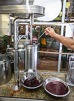 Processamento de branqueamento do açaí para consumo.<br /> Foto Carlos Borges.