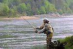 Foto: VidiPhoto..HOLUM - Een sportvisser probeert in de Noorse Mandalrivier zalm te vangen. In Noorwegen is ..het zalmseizoen van start gegaan, met strenge regelgeving en vangstbeperkingen. In de ..maanden juni, juli en augustus trekken salmoniden vanuit zee de rivier op om er te paaien. ..Noorwegen, bekend staat vanwege de beste zalmrivieren van Europa, trekt dan veel hengelaars ..uit binnen- en buitenland. Sportvissers mogen echter niet meer dan vier zalmen per dag ..meenemen en zijn verlicht een vangstrapport in te dienen.