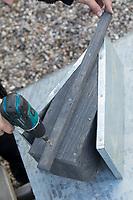 Selbstgebaute Holz-Nistkästen, Nistkasten für Vögel aus Holz, Vogelkasten, Meisenkasten selber bauen, selbst bauen, Basteln, Bastelei. Schritt 13: eine Leiste zur späteren Anbringung des Nistkastens wird angebracht und von außen und innen verschraubt