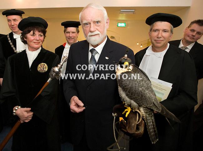 Wageningen, 180209<br /> De 75 jaar oude Dick Dekker promoveerde vandaag aan de Universiteit van Wageningen op de jacht van de Valk.<br /> Foto: Sjef Prins - APA Foto