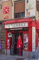 Espagne, Navarre, Pampelune: Plaza Consistorial, Façade de ce magasin de vêtements Gutierrez , calle Mercaderes //   Spain, Navarra, Pamplona, Plaza Consistorial, Façade of this clothing store Gutierrez , calle Mercaderes