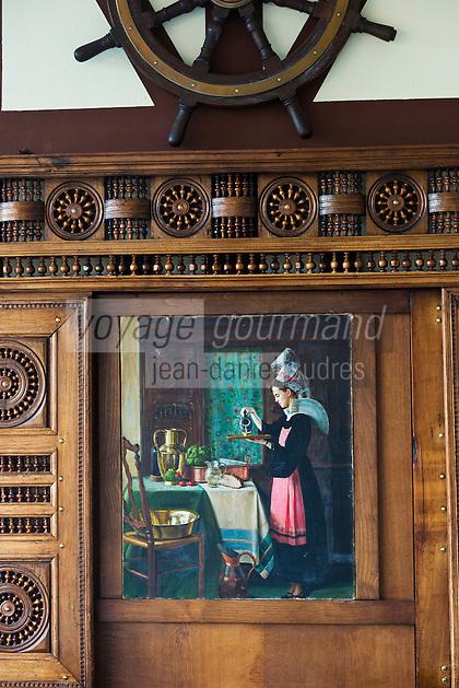 Europe/France/Bretagne/35/Ille et Vilaine/Dinard: Hôtel Printania  , Hôtel musée, riche de meubles régionaux et d'oeuvres d'artistes: Portraits des serveuses en costume traditionnel // France, Ille et Vilaine, Cote d'Emeraude (Emerald Coast), Dinard, Hotel Printania Hotel museum, rich regional furniture and works of artists:  Portraits waitresses in traditional costume