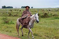 URUGUAY Villa Sara , Treinta y Tres, Gaucho auf Pferd treibt eine Rinderherde / URUGUAY  Villa Sara , Gaucho ( cowboy ) riding on horse and cows
