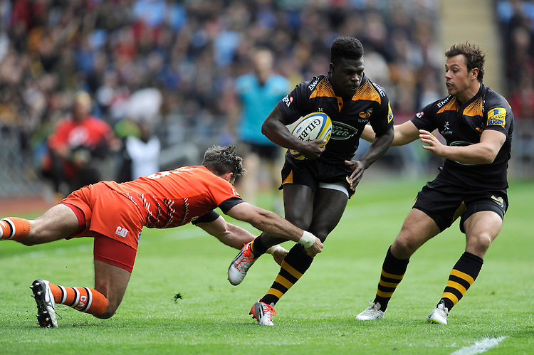 Christian Wade of Wasps evades the tackle of Niall Morris of Leicester Tigers