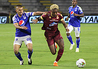 IBAGUE - COLOMBIA, 06-10-2020: Omar Albornoz del Tolima disputa el balón con Jhon Duque Arias de Millonarios durante partido entre Deportes Tolima y Millonarios por la fecha 12 de la Liga BetPlay DIMAYOR 2020 jugado en el estadio Manuel Murillo Toro de la ciudad de Ibagué. / Omar Albornoz of Tolima vies for the ball with Jhon Duque Arias of Millonarios during match between Deportes Tolima and Millonarios for the date 12 as part BetPlay DIMAYOR League 2020 played at Manuel Murillo Toro stadium in Ibague city.  Photo: VizzorImage / Juan Torres / Cont