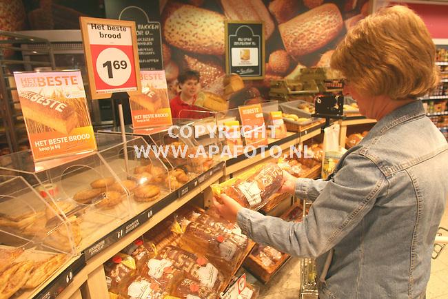 Zevenaar 140508 nieuw brood bij De Spar<br /> Foto Frans Ypma APA-foto