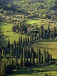 Italien, Umbrien, bei Orvieto: Villa mit Zypressenallee | Italy, Umbria, near Orvieto: villa with cypress avenue
