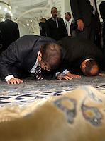 Il presidente egiziano Mohamed Morsi, a sinistra, prega nella Grande Moschea di Roma, 14 settembre 2012..Egyptian President Mohamed Morsi, left, prays inside the Great Mosque in Rome, 14 September 2012..UPDATE IMAGES PRESS/Riccardo De Luca