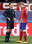 Atletico de Madrid's Fernando Torres have words with the referee Mark Clattenburg during UEFA Champions League match. March 15,2016. (ALTERPHOTOS/Acero)
