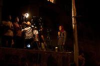 EGITTO, IL CAIRO 9/10 settembre 2011: assalto all'ambasciata israeliana. Migliaia di manifestanti egiziani, ancora infuriati per l'uccisione di cinque guardie di frontiera egiziane da parte dell'esercito israeliano, hanno fatto irruzione nella sede diplomatica israeliana e sono stati poi sgomberati da esercito e polizia egiziana. Nell'immagine: una giornalista egiziana ripresa dalle telecamere nel luogo degli scontri.<br /> Egypt attack to the Israeli embassy  Attaque à l'ambassade israelienne Caire
