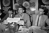 1982, ABN WTT, Schapers verricht de loting, links Peter Bonthuis en rechts Jan Leupe