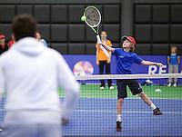 19-12-10, Tennis, Rotterdam, Reaal Tennis Masters 2010,   Toernooi directeur Raemon Sluiter slaat een balletje met wat kinderen