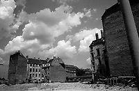 BERLINO EST / DDR / GERMANIA EST / 20 NOVEMBRE 1989.CASE BOMBARDATE DURANTE LA SECONDA GUERRA MONDIALE LUNGO LA FRIEDRICK STRASSE..FOTO LIVIO SENIGALLIESI..EAST BERLIN / DDR / EAST GERMANY / 20 NOVEMBER 1989.RUINS AND DEMAGED BUILDINGS ALONG THE FRIEDRICK STRASSE. THE CONSEQUENSES OF THE SECOND WORLD WAR ARE STILL EVIDENT..PHOTO LIVIO SENIGALLIESI