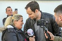 """Gewinnerin Teresa Piervenanzi-Ligorio (l) ist bei Moderator Daniel Fischer (r.) überwältigt nach der Enthüllung des Autos - Weiterstadt 06.03.2019: FFH verschenkt im Rahmen der Aktion """"Jeden Tag ein Auto"""" ein Fahrzeug"""