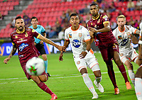 IBAGUE - COLOMBIA, 07-02-2020: Jose David Moya y Danovis Banguero del Tolima disputan el balón con Santiago Noreña del Envigado durante partido entre Deportes Tolima y Envigado F.C. por la fecha 4 de la Liga BetPlay I 2020 jugado en el estadio Manuel Murillo Toro de la ciudad de Ibagué. / Jose David Moya and Danovis Banguero of Tolima struggle the ball with Santiago Noreña of Envigado during match between Deportes Tolima and Envigado F.C. for the date 4 as part of BetPlay League I 2020 played at Manuel Murillo Toro stadium in Ibague. Photo: VizzorImage / Juan Carlos Escobar / Cont