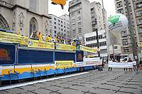 ATENÇÃO EDITOR: FOTO EMBARGADA PARA VEÍCULOS INTERNACIONAIS. SAO PAULO, 16 DE OUTUBRO DE 2012 - PROTESTO POLICIAIS MORTOS - Sindicalistas, policiais e parentes de policiais mortos protestam por mais seguranca, melhores condicoes de trabalho e contra a morte de policiais ocorridas no estado de Sao Paulo, na Praca da Se, regiao central da capital, na tarde desta terca feira, 16. FOTO: ALEXANDRE MOREIRA - BRAZIL PHOTO PRESS