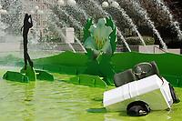 Se mettre au vert, oeuvre de l'artiste Francis Montillaud lauréat 2007 du concours de l'Oeuvre d'art éphémère de la Place des Arts, peut être vue sur l'Esplanade jusqu'au 15 octobre. (Groupe CNW/Place des Arts)