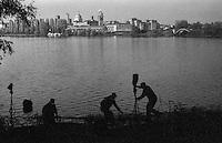 Mantova, veduta dal Lago Inferiore. Uomini al lavoro --- Mantua, view from lake Inferiore. Men at work