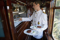Europe/République Tchèque/Prague:A bord de l'Orient-Express Train de Luxe qui assure la liaison Calais,Paris , Prague,Venise - Serveur au passe de la cuisine une des  voitures restaurant [Non destiné à un usage publicitaire - Not intended for an advertising use]