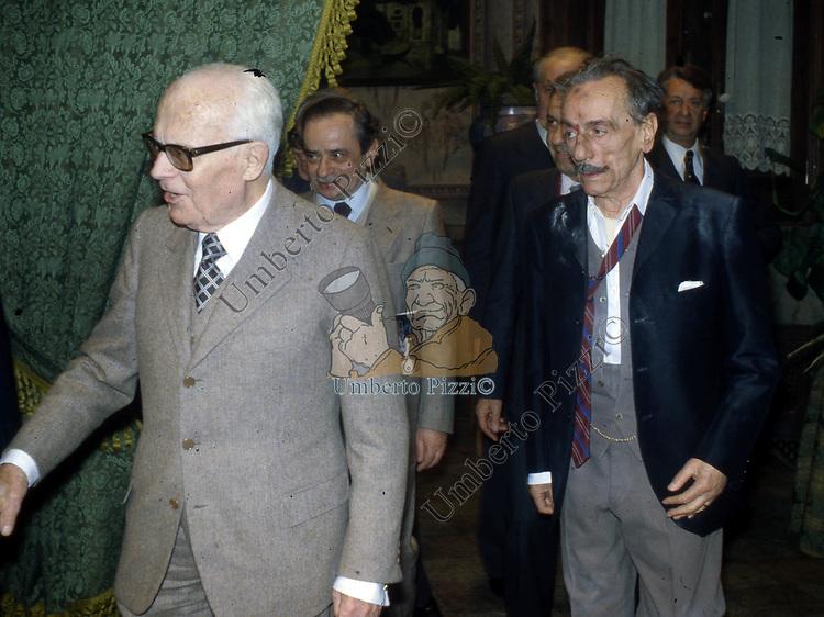 """SANDRO PERTINI ED EDUARDO DE FILIPPO<br /> TEATRO QUIRINO PER LA PRIMA DE """"IL BERRETTO A SONAGLI<br /> ROMA 1980"""