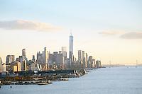 Blick auf Manhattan, den Freedom Tower am World Trade Center und die Verrezano Narrows Bridge von der Norwegian Breakaway am Manhattan Cruise Terminal