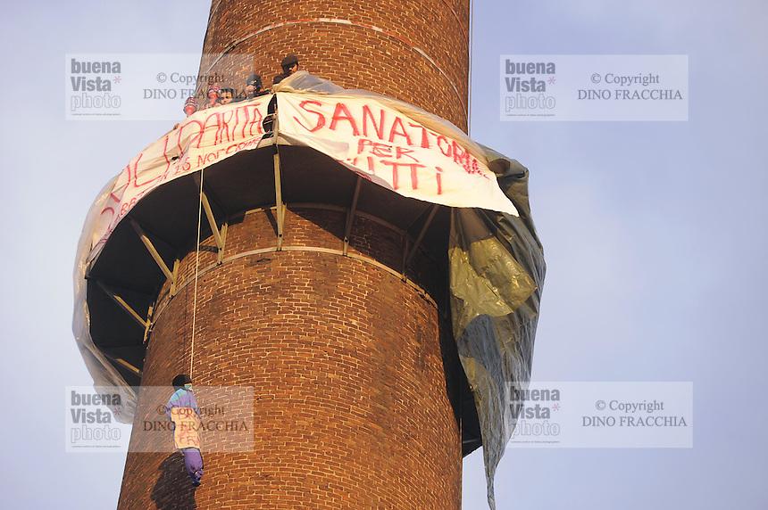 - Milano, un gruppo di lavoratori stranieri sale su una vecchia ciminiera in via Imbonati per protesta contro le leggi sull'immigrazione<br /> <br /> - Milan, a group of foreign workers goes up an old chimney in Imbonati street in protest against immigration laws
