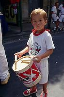 Spanien, Navarra, Pamplona, Junge mit Trommel bei der Eroeffnung der Fiesta San Fermin