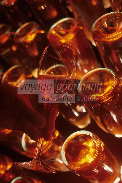 Europe/France/Pays de la Loire/Maine-et-Loire/Saumur : AOC Saumur - Bouteilles et verre de pétillant rosé chez Gratien Meyer