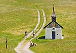 Oesterreich, Salzburger Land, Pinzgau, zwischen Maria Alm und Hinterthal: Wanderer an der Wetterherrenkapelle auf der Jufenalm | Austria, Salzburger Land, Pinzgau, near Maria Alm: hiker at Wetterherren chapel at Jufen Alm