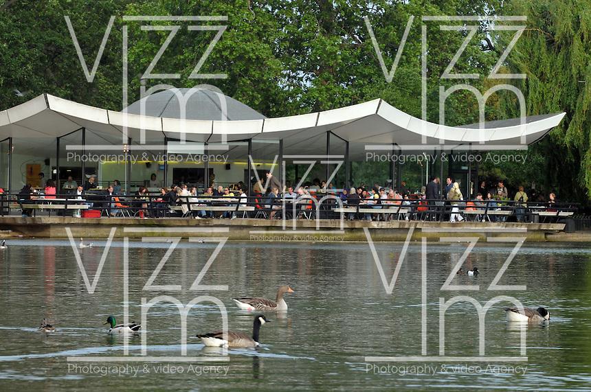 LONDON-UK- 24-05-2008. Patos en el lago Serpentine en el Hyde Park, Londres. Ducks in the Serpentine  Lake at Hyde Park, London. Photo: VizzorImage