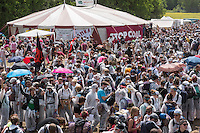 """Klimacamp """"Ende Gelaende"""" bei Proschim in der brandenburgischen Lausitz.<br /> Mehrere tausend Klimaaktivisten  aus Europa wollen zwischen dem 13. Mai und dem 16. Mai 2016 mit Aktionen den Braunkohletagebau blockieren um gegen die Nutzung fossiler Energie zu protestieren.<br /> Im Bild: 2.000 Menschen haben sich zum Abmarsch Richtung Tagebaugelaende versammelt.<br /> 13.5.2016, Proschim/Brandenburg<br /> Copyright: Christian-Ditsch.de<br /> [Inhaltsveraendernde Manipulation des Fotos nur nach ausdruecklicher Genehmigung des Fotografen. Vereinbarungen ueber Abtretung von Persoenlichkeitsrechten/Model Release der abgebildeten Person/Personen liegen nicht vor. NO MODEL RELEASE! Nur fuer Redaktionelle Zwecke. Don't publish without copyright Christian-Ditsch.de, Veroeffentlichung nur mit Fotografennennung, sowie gegen Honorar, MwSt. und Beleg. Konto: I N G - D i B a, IBAN DE58500105175400192269, BIC INGDDEFFXXX, Kontakt: post@christian-ditsch.de<br /> Bei der Bearbeitung der Dateiinformationen darf die Urheberkennzeichnung in den EXIF- und  IPTC-Daten nicht entfernt werden, diese sind in digitalen Medien nach §95c UrhG rechtlich geschuetzt. Der Urhebervermerk wird gemaess §13 UrhG verlangt.]"""